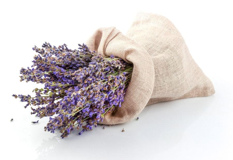 Getrockneter Lavendel in einem Leinensack
