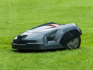 Rasenmäher Roboter auf dem Rasen