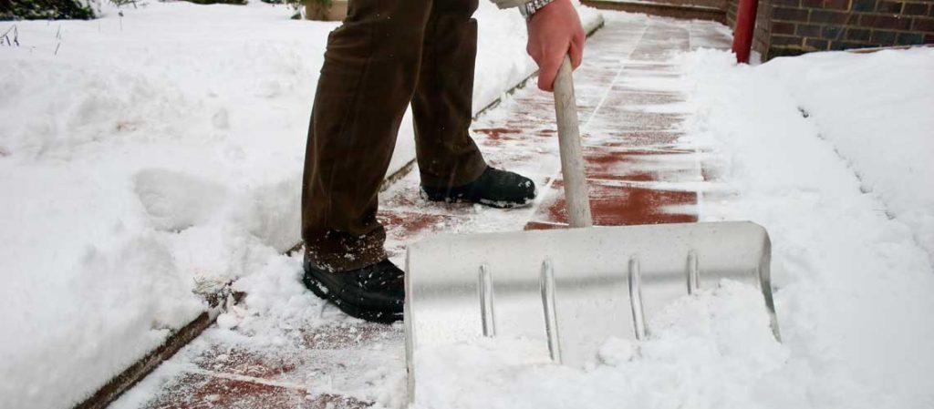 Wege freiräumen mit der Schneeschaufel