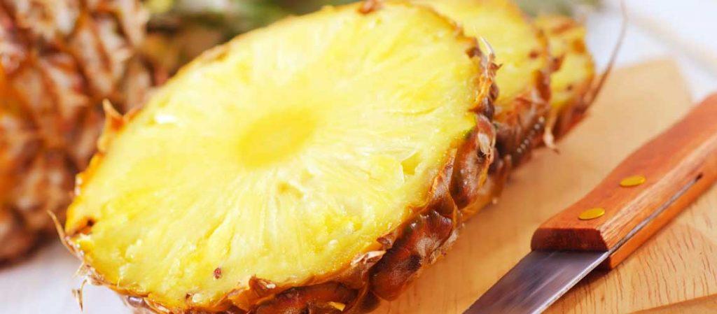 Ananas in Scheiben geschnitten