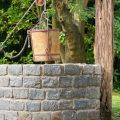 Selbst gemauerter Brunnen im Garten