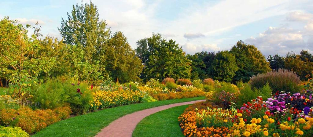Ein schön angelegter Garten mit Gartenweg