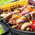 Fleisch und Gemüse auf dem Holzkohlegrill