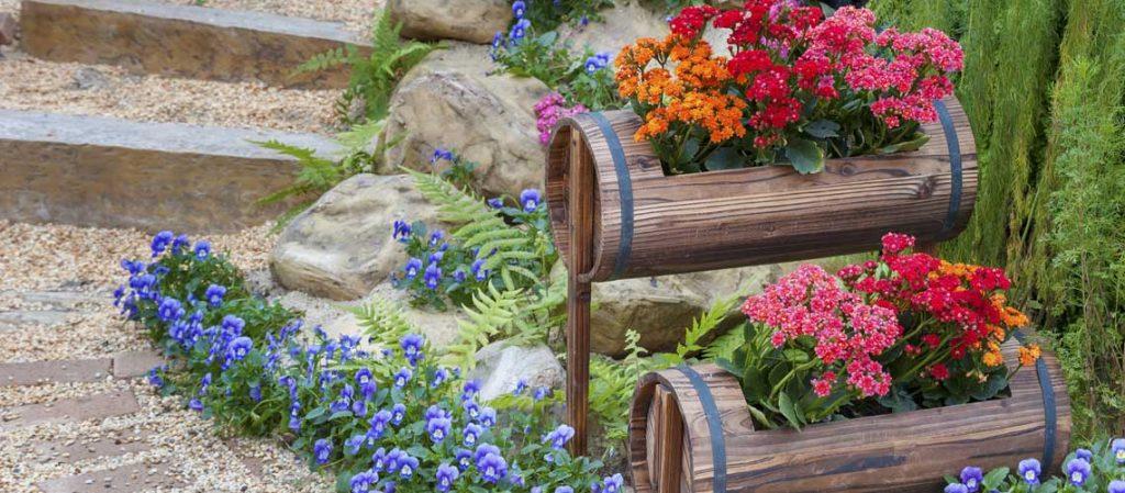 Gartendekorationen aus Holz und Stein