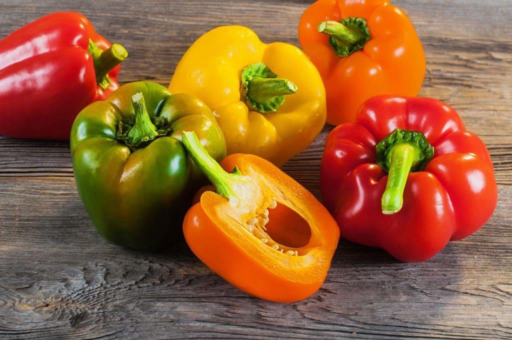 Paprikas in verschiedenen Farben auf dem Tisch