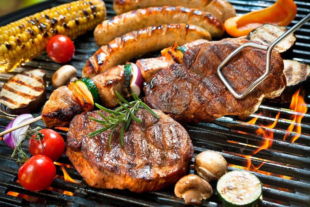 Grillfleisch und Gemüse auf einem Holzkohle Kugelgrill