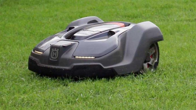 Automower 450X beim Rasenmähen